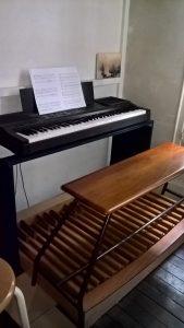Pédalier adapté sur un piano électronique